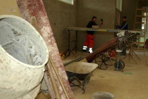 Robotníci prerábajú časť kultúrneho domu.