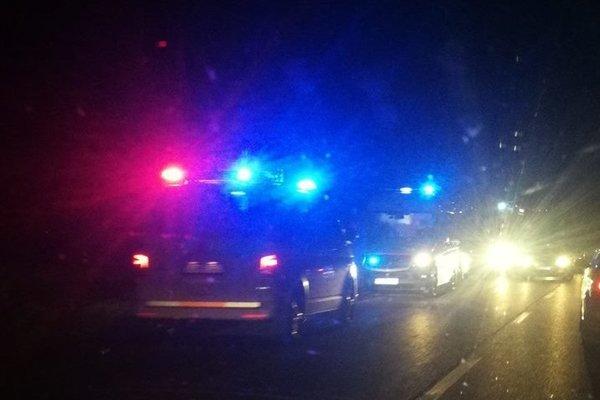 Na mieste činu zasahuje niekoľko policajných hliadok.