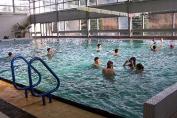 Na plavecké kurzy budú školákom prispievať obce.