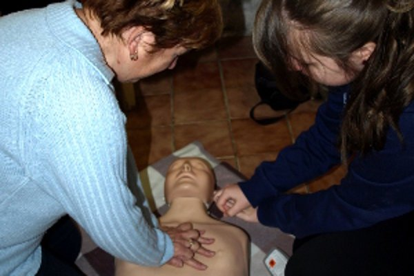 Masáž srdca - Tlačiť treba na stred hrudníka.