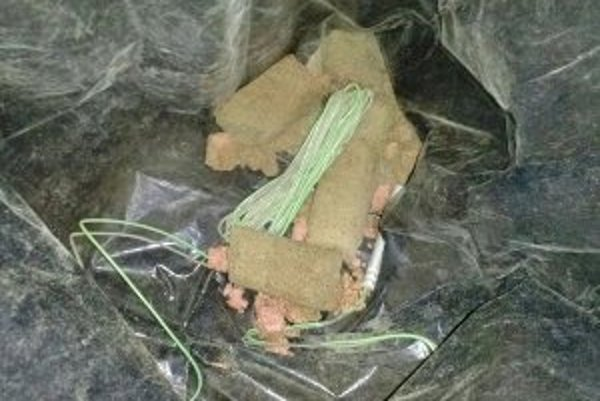Elektrická rozbuška, kábel a neznáma látka, ktorú policajný pes označil ako výbušninu.