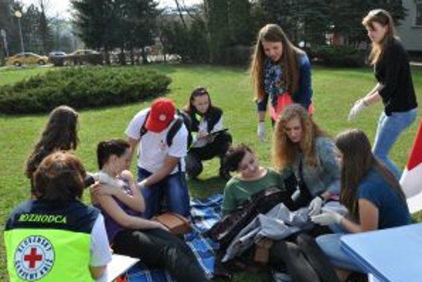 Mladí zdravotníci pomáhajú raneným.