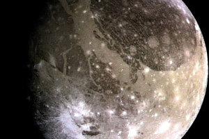 Ganymedes je najväčší mesiac v Slnečnej sústave. Je tiež väčší ako Merkúr.