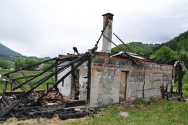 Z domu ostali len ohorené steny.