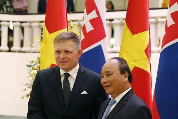 Expremiér Fico a vpravo vietnamský premiér Nguyen Xuan Phuc.