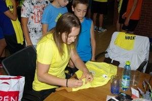 Martina Repiská pdpisuje tričká účastníkom kempu.