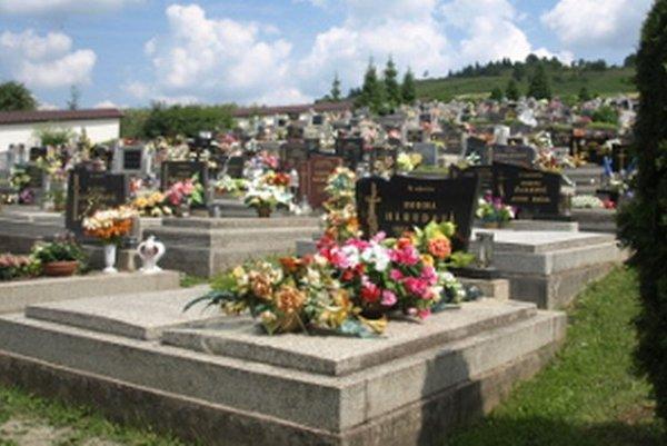 Miesta na cintoríne sa míňajú.