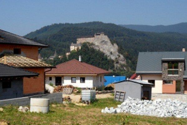 Pätnásť domov a päť chát - taká je bilancia novej výstavby v Oravskom Podzámku za posledných päť rokov.