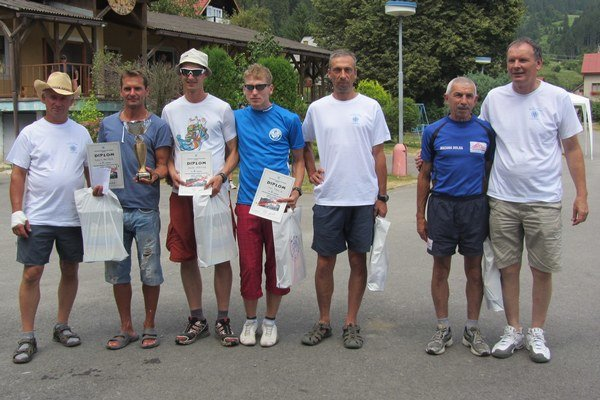 Zľava rozhodca Froos, víťaz Róbert Valíček, Štefan Štefina, Ivan Pavlík, Pavol Dubovský, Zygmund Lyznicki, predseda ŠK Ján Sitek