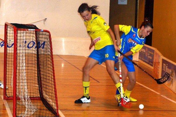 Táňa Balážová (v žltom drese) prispela k víťazstvu jedným gólom.