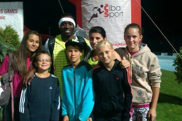 Mladí atléti z Nižnej s Jamesom Beckfordom z Jamajky.