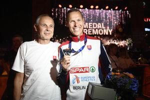 Slovenský chodec Matej Tóth (vpravo) pózuje so striebornou medailou.