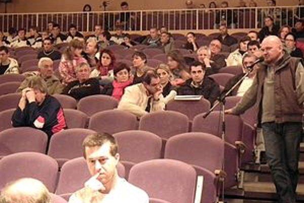 Na zastupiteľstvo prišli aj obyvatelia Dubnice, viacerí z nich sa zapojili do diskusie k zmluve o zimnom štadióne.