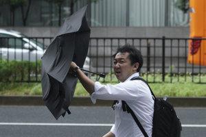 Dážď a silný vietor priniesol tajfún Šan-šan do východnej časti Japonska po tom, čo sa v stredu priblížil k pevnine.