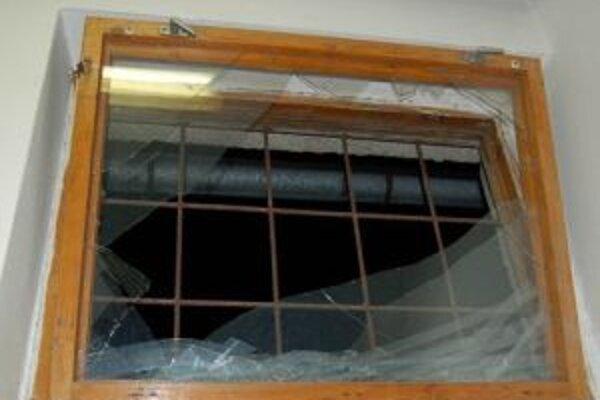 Do predajne sa zlodeji dostali cez rozbite okno.