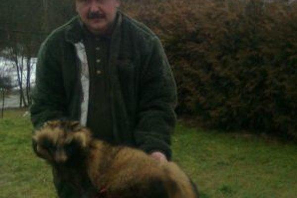 Alojz Lajčin s úlovkom psíka medvedíkovitého. Jeho kožušinu si zavesí k ostatným poľovníckym trofejám.