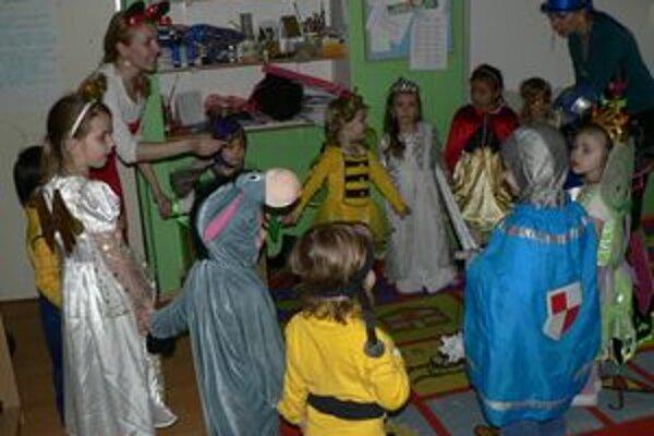 Škôlkari v Materskej škole Jánoš mali karneval.