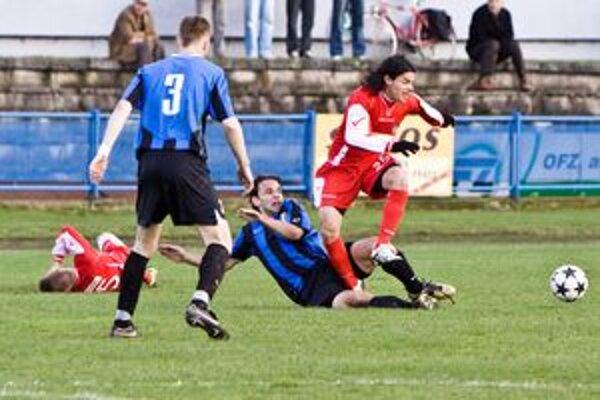 Michal Holub (na zemi) bojuje s trenčianskym hráčom. Pozerá sa s trojkou hrajúci Ján Jurky.
