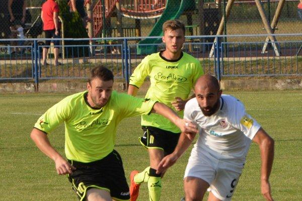 Vahagn Militosyan (v bielom) začínal na Slovensku v Topoľčanoch. Aktuálne však hráva už v Seredi. V Solčanoch strelil všetky štyri góly hostí.