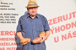 Alojz priniesol najväčšie kusy zemiakov ukázať aj do redakcie MY Kysucké noviny.