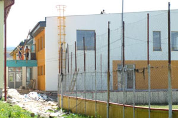Stavbári pomaly končia s výstavbou škôlky. Skolaudovaná má byť v lete.