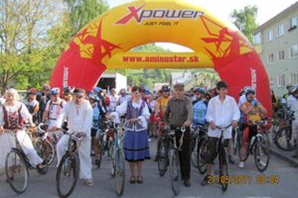 Historické bicykle a historické oblečenie. Aj to bolo súčasťou štartu v Nižnej.