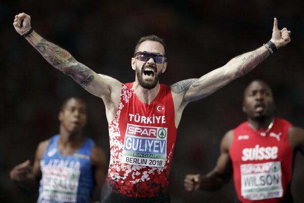 Ramil Gulijev oslavuje víťazstvo v behu na 200 metrov na ME v Berlíne 2018.