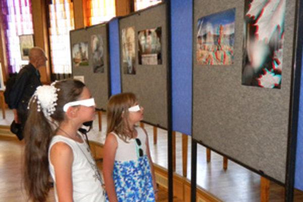 3D zobrazenie. Naoko rozmazané obrázky videli cez okuliare priestorovo.