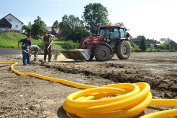 Firma kládla pred dvomi týždňami do zeme rúry na stiahnutie prebytočnej vody z ihriska.