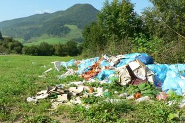 Neporiadok. Zostal po európskom šampionáte v country crosse. Organizátori dali smeti po viac ako mesiaci odpratať.