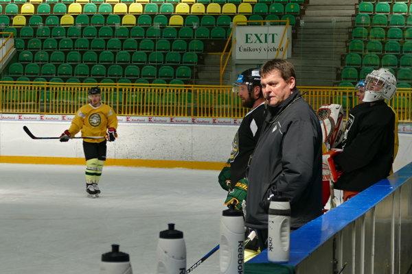 V popredí Pavol Paukovček, tréner žilinských hokejistov.