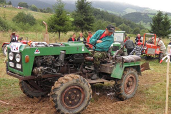 Podomácky vyrobené traktory si zmerali sily v Zázrivej.