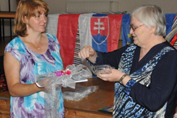 Knižku zvykov, tradícií a spevov uviedla do života spisovateľka Eva Kurjaková zo Zubrohlavy (vpravo), na fotografii s jednou z tvorkýň Monikou Kapičákovou.