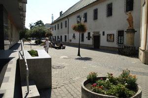 Františkáni tvrdia, že problémy s bezdomovcami na lavičkách pri kláštore riešia skoro každý deň.