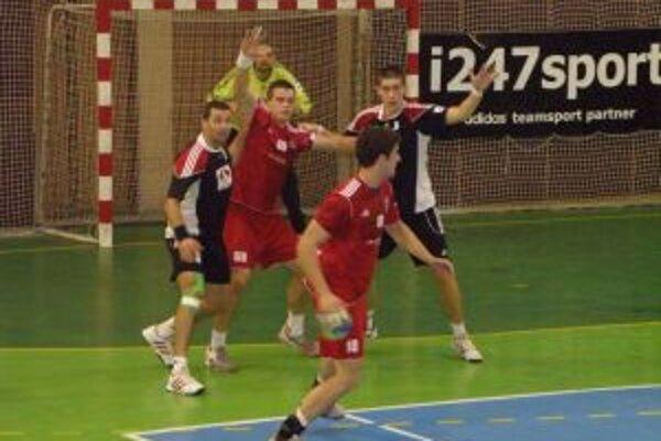 Hráči Pov. Bystrice (v červenom)mali lepšiu obranu ako Topoľčany a zaslúžene vyhrali