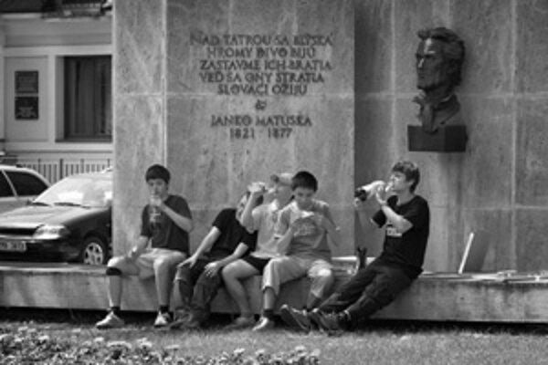 Mladíci odpočívajú na Matúškovom pamätníku.