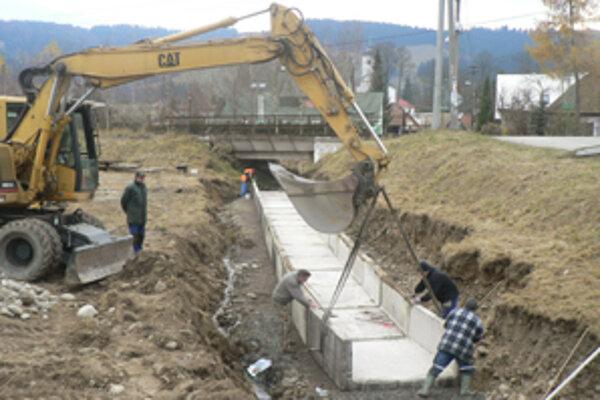 Úprava koryta. Bzinský potok by sa už nemal pri prudkých lejakoch vylievať.