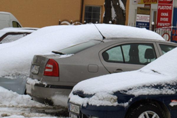 Pred jazdou musia vodiči zhrnúť z áut sneh a ľad.