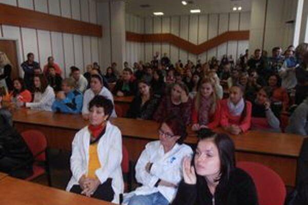 Stretnutie v aule. Študenti sa v nej dohodli na okupačnom štrajku.