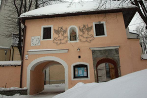 Vstupná brána má viac ako dvesto rokov, potrebuje pomoc.