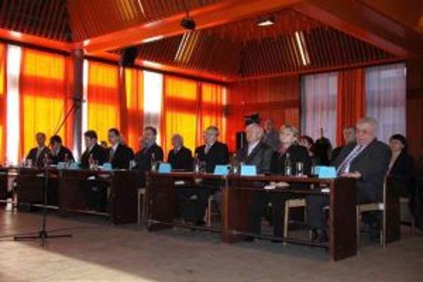 Rokovania mestského zastupiteľstva bývajú v estrádnej sále mestského kultúrneho strediska.
