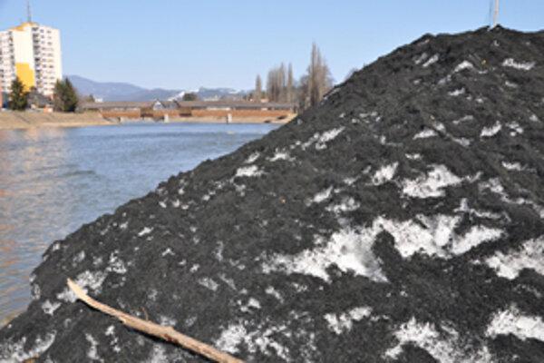 Čierny granulát sa ku rieke dostal spolu so snehom odhrnutým z futbalového ihriska s umelou trávou.