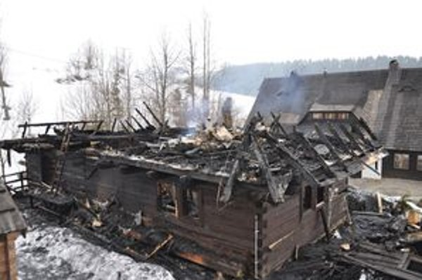 Požiar zničil drevenicu U Štefana. Ďalšie dve sa hasičom podarilo ochrániť.
