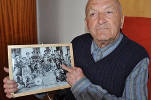 Deväťdesiatročný Jozef Haluška ukazuje na dvanásťročného Jožka Halušku.