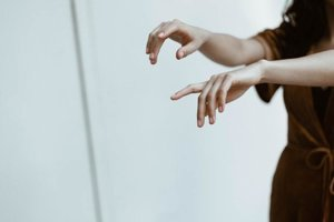 Kĺby na rukách si viac praskajú muži, než ženy.