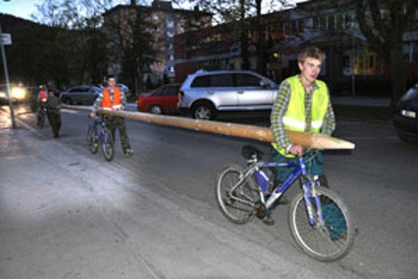Marek Žaškovský neváhal spolu s kamarátmi niesť máj sedem kilometrov.