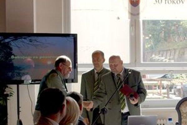 Počas konferencie boli ocenení zaslúžilí pracovníci a spolupracovníci CHKO Horná Orava, medzi ocenenými bol aj súčasný riaditeľ CHKO HO Róbert Trnka (vpravo).