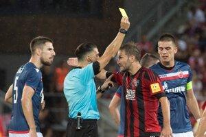 Hráč Trnavy Marek Bakoš (druhý sprava) dostáva žltú kartu od hlavného rozhodcu Serdara Gözübüyüka (druhý zľava).