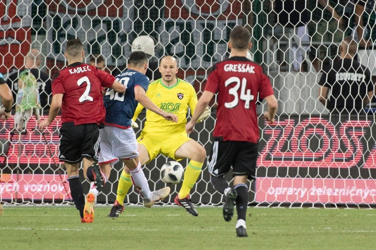 5c00a68da0 Hráč Crvenej zvezdy Nemanja Radonjič strieľa v predĺžení druhý gól svojho  tímu.