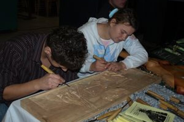 Medzi umeleckými rezbármi nie sú len chlapci, ale aj dievčatá. Dôkazom toho, že rezbárčina baví aj nežnejšie pohlavie, je i táto študentka z Nižnej.